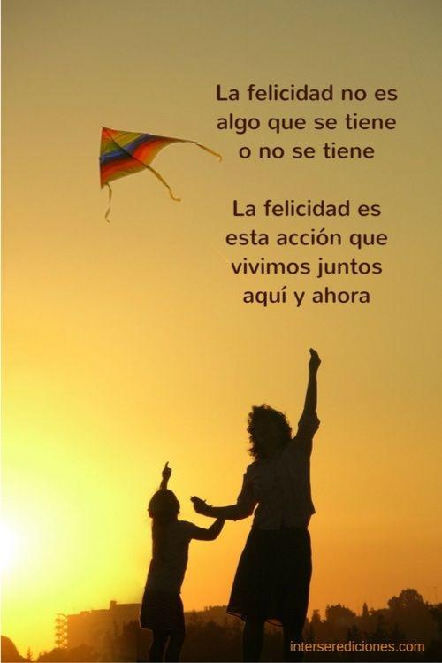La felicidad del padre y el niño con la cometa