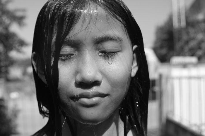 Chica llorando y desahogando las emociones