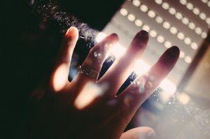 La mota de polvo sobre la joya de tu vida no puede borrar tu brillo único