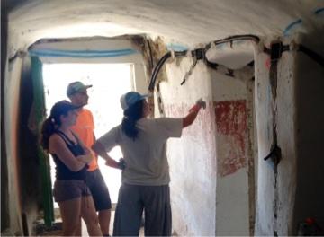 rozas y corrugados de la electricidad en la casa cueva