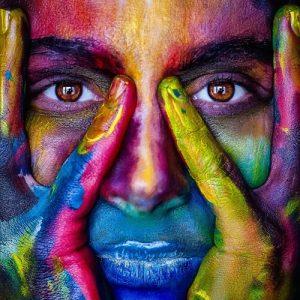 Mujer con la cara pintada de miles de colores