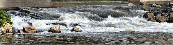 Salto de agua en el río