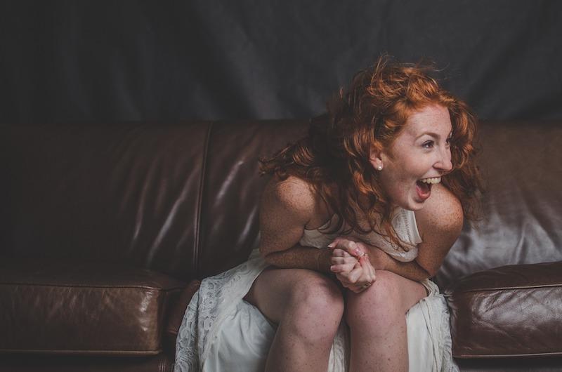 Mujer riéndose con un toque de locura