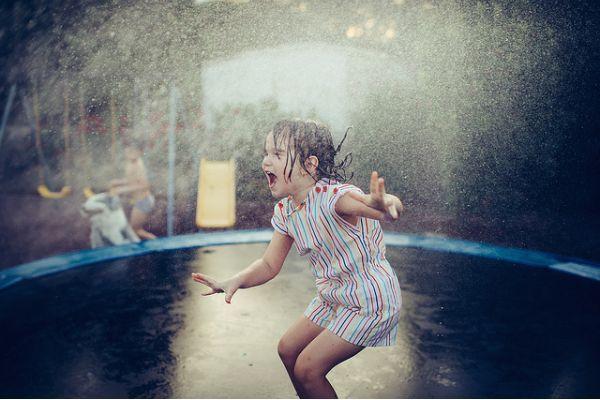 Niña saltando, disfrutar la vida