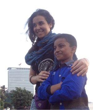 Posando con niño de la India