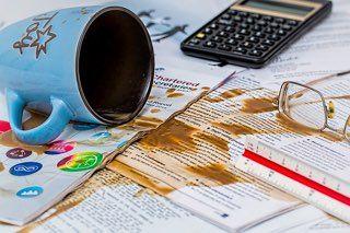 Derramar cafe sobre la mesa oficina