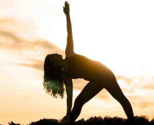 Luna haciendo Yoga en la puesta de sol