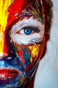 Reconciliar imagen corporal de la mujer desde una cara pintada