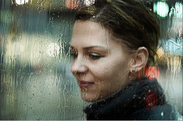 Mujer, lluvia y las cosas son como son