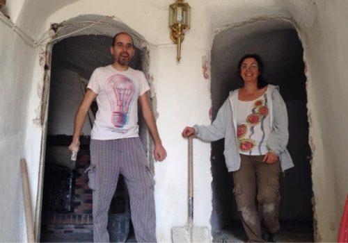 Nacho y Mariluz rehabilitando casa cueva