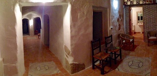 Porche y pasillo de la casa cueva La Luz