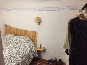 Habitación con cama doble en la casa cueva La Luz