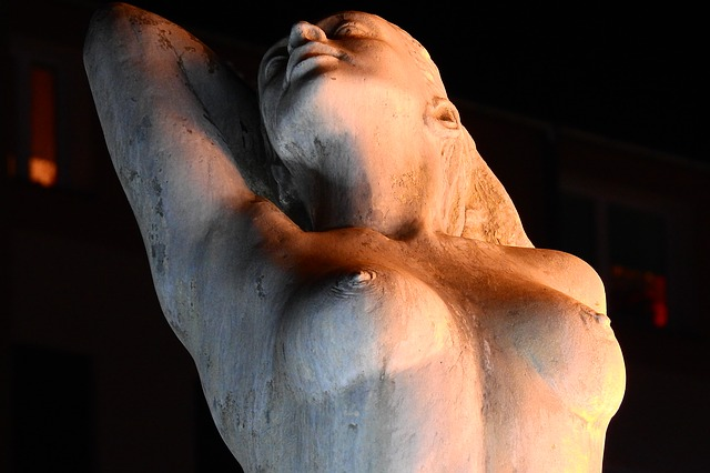 Estatua cuerpo de mujer protagonista desarrollo personal