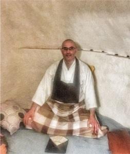 Maestro zen Denkô Mesa meditando en Casa Cueva la Luz