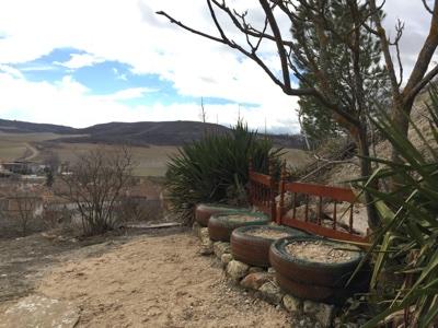 Jardines de la Casa Cueva la Luz, con vistas al pueblo de Hontoria de Cerrato