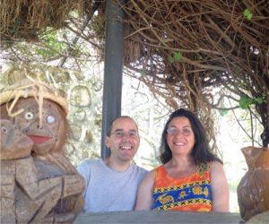 Nacho y Mariluz en la pergola de la casa cueva la luz