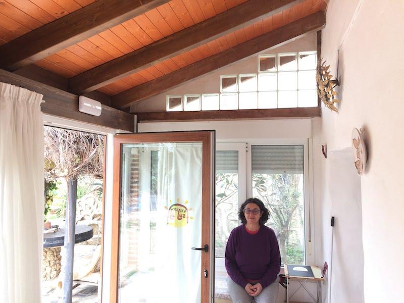 Meditación y silencio en el porche de la Casa Cueva La Luz