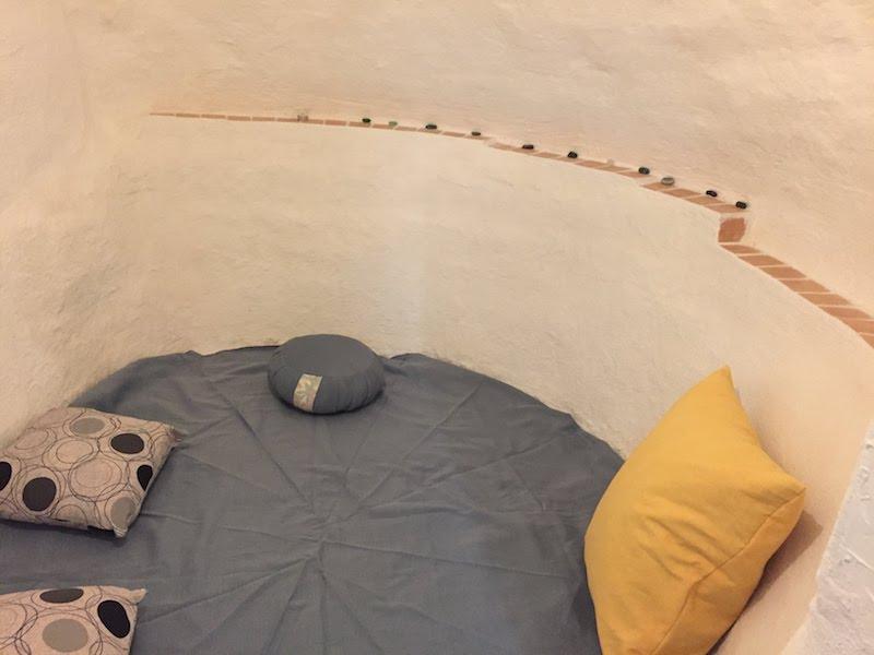Sala de meditación en el centro de retiros de la Casa la Luz