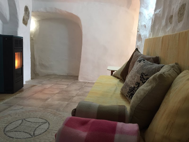 Salón cálido y acogedor para estancias de bienestar en la Casa Cueva La Luz