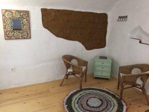 Diseño habitación de interior con adobe y madera