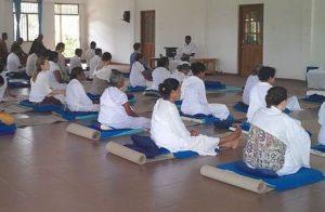 Sala para practicar meditación en un retiro Vipassana