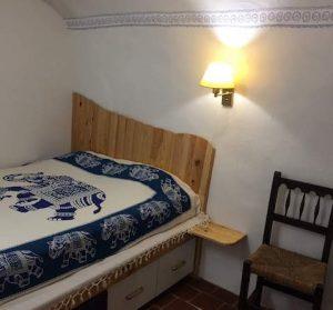 Habitación hobbit preparada para dormir y descansar