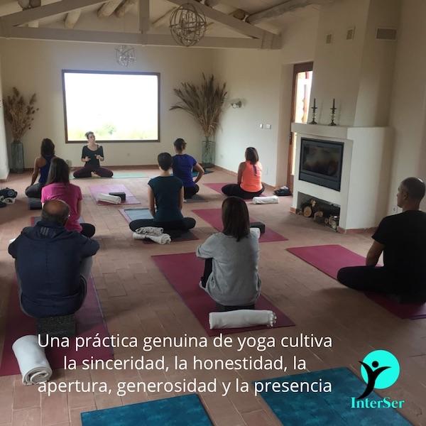 Practica de yoga cultiva virtudes